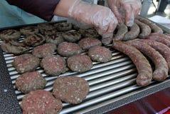 另外种类品种肉牛排、丸子、烤肉串、内圆角、汉堡和香肠用面包在室外的格栅 Gril 免版税库存照片