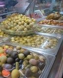 另外种类橄榄待售在市场,托雷维耶哈,西班牙 免版税库存照片
