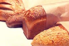 另外种类在木桌上的面包 免版税库存照片