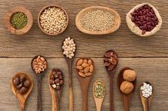 另外种类豆和扁豆在木匙子在木头后面 免版税库存图片