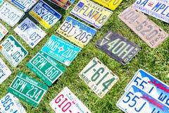 另外美国汽车减速火箭的牌照在跳蚤市场上 葡萄酒车辆注册数字在草说谎在旧货物交换会 免版税库存图片