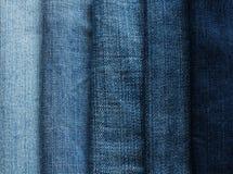 从另外美洲河鲱蓝色牛仔裤织品小条的背景  免版税库存照片