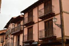 另外老议院在红色村庄的Ayllon摇篮镇中心美丽的中世纪镇在塞戈维亚 结构 库存照片