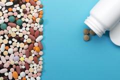 另外药片和瓶有拷贝空间的 免版税库存照片