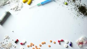 另外药物和注射器在桌、恶习和瘾概念,了悟上 免版税库存图片