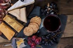 另外荷兰干酪、葡萄和熏火腿、开胃菜党的和红葡萄酒 复制空间 库存图片