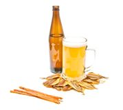 另外鱼开胃菜和低度黄啤酒在白色 免版税图库摄影