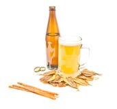 另外鱼开胃菜和杯子低度黄啤酒 库存图片