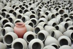 另外,另外红色罐,从人群引人注意 免版税库存照片