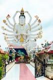 18只手上帝雕象& x28; Guanyin& x29;在蓝天背景在templ的 库存照片
