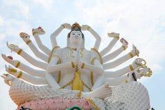 18只手在蓝天背景的上帝雕象观音工业区在templ的 库存图片
