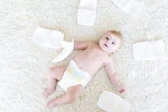 3只飞蛾的逗人喜爱的可爱的新出生的婴孩与尿布的 看照相机的Hapy微小的小女孩或男孩 干燥和健康 免版税库存图片