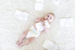 3只飞蛾的逗人喜爱的可爱的新出生的婴孩与尿布的 看照相机的Hapy微小的小女孩或男孩 干燥和健康 库存图片