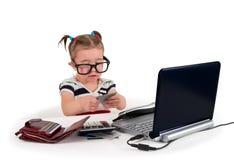 叫一个小的小女孩电话。 免版税库存图片