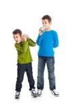 叫二个的男孩锡罐电话。 免版税库存图片