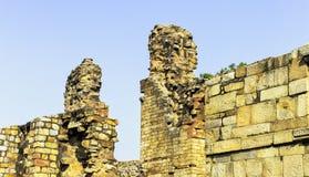 叫作回教威力的被破坏的Quwwat ul回教清真寺在Qutub Minar复合体在新德里 免版税库存图片