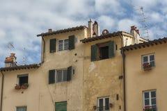 叫作广场圆形剧场的著名中世纪正方形在卢卡 免版税图库摄影