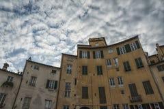 叫作广场圆形剧场的著名中世纪正方形在卢卡 库存图片