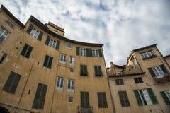 叫作广场圆形剧场的著名中世纪正方形在卢卡 免版税库存照片