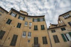 叫作广场圆形剧场的著名中世纪正方形在卢卡 库存照片