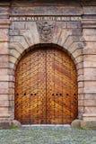 叫作玛丽亚墙壁的布拉格巴洛克式的设防系统的老木门零件 免版税库存照片