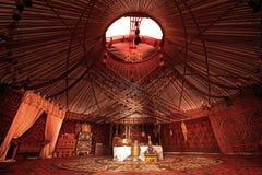叫作yurt的游牧帐篷内部 免版税库存照片