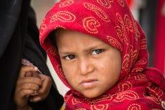 叫化子印地安女孩为从一个路人的金钱乞求在斯利那加,克什米尔 印度 免版税库存图片