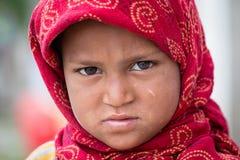 叫化子印地安女孩为从一个路人的金钱乞求在斯利那加,克什米尔 印度 库存照片