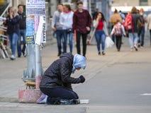 叫化子在莫斯科街道上乞求 免版税库存图片