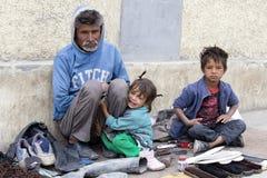 叫化子家庭为从一个路人的金钱乞求在Leh 印度 图库摄影