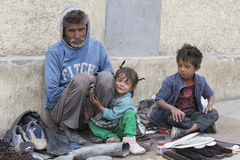 叫化子家庭为从一个路人的金钱乞求在Leh 印度 免版税库存图片