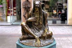 叫化子,一个雕象在斯科普里 图库摄影