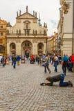 叫化子,无家可归者下跪乞求在布拉格 库存图片