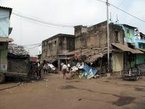 叫化子kolkata街道 居住在一个暂时棚子的可怜的印地安家庭在路旁边的边 库存图片