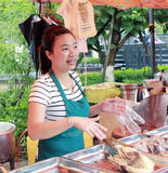 叫卖小贩出售熟食例如盐鸭子 库存图片