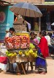 叫卖小贩出售他的果子,加德满都,尼泊尔。 库存照片