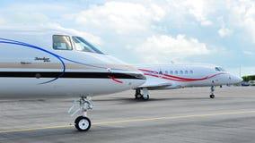 叫卖小贩4000和达萨尔猎鹰2000LX事务前面在新加坡Airshow喷射2012年 图库摄影