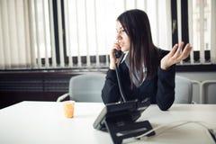 叫和沟通与伙伴的年轻女商人 在电话的客户服务代表 免版税库存图片