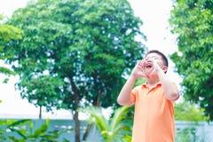 叫喊亚裔孩子的画象,尖叫,呼喊,手在喂 免版税图库摄影