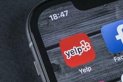 叫喊在苹果计算机iPhone x屏幕特写镜头的应用象 狗吠app象 狗吠 com应用 3d网络照片回报了社交 束起通信有概念的交谈媒体人社交 免版税库存照片