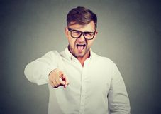 叫喊指向在愤怒的照相机的人 库存图片