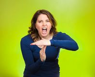 叫喊的妇女,显示时间打手势用手 免版税库存照片