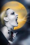 叫喊的性感的吸血鬼 库存图片