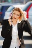 叫电话妇女年轻人 免版税库存照片