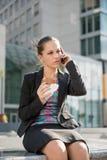 叫的女商人电话-问题 免版税库存照片