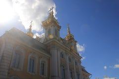 叫的教会现场庭院有时从事园艺巨大被放置的命令宫殿宫殿彼得peterhof彼得斯堡俄国俄国S系列st凡尔赛 库存照片