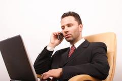叫的生意人英俊的膝上型计算机 免版税库存图片