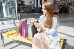 叫美丽的妇女在购物中心出租汽车 库存照片