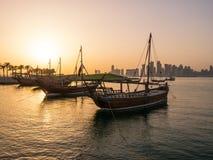 叫Dhows的传统小船在口岸停住 免版税图库摄影