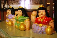 召唤愉快的全部的妇女雕象 免版税库存图片